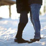 雪の上で向き合うカップル
