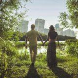 森を歩くカップル